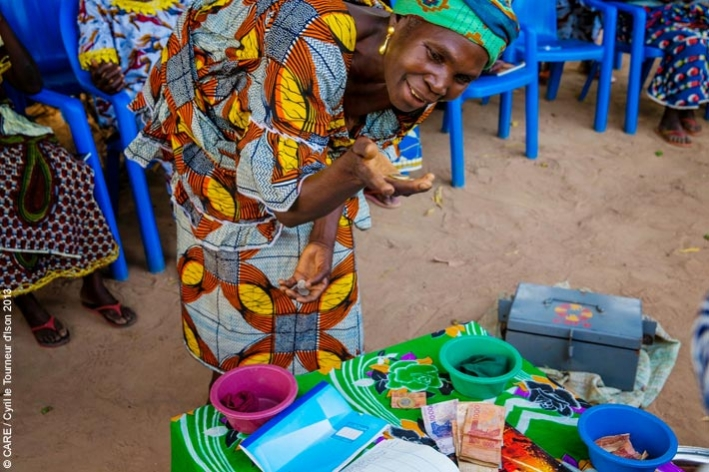 A member of a village savings and loan group in Côte d'Ivoire
